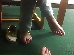 Κρυφό footsie στη βιβλιοθήκη με φοιτήτρια, χαριτωμένο και ντροπαλός