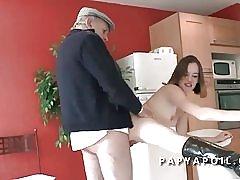 Παππούς πηδάει μια νεαρή και όμορφη φοιτητής